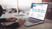 Laptop mit Social-Intranet Ansicht der Vaillant Group